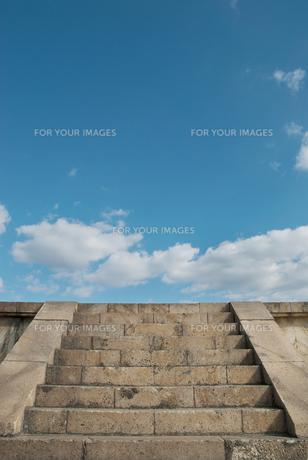 石段の上の青い空の素材 [FYI00377175]