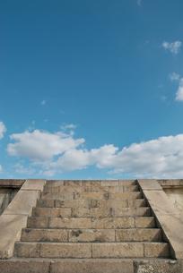 石段の上の青い空の写真素材 [FYI00377175]