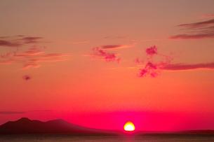 国後島に昇る朝日の写真素材 [FYI00377176]