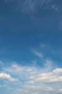 青空に紫煙のような雲の写真素材 [FYI00377178]