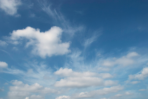 雲流れる青空の写真素材 [FYI00377179]