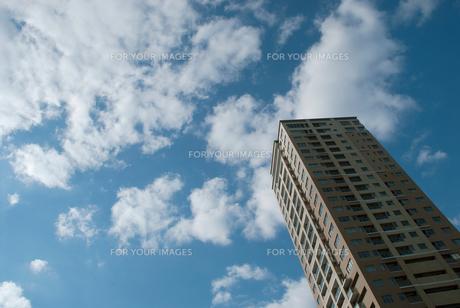 高層アパートと空と雲の素材 [FYI00377180]