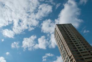 高層アパートと空と雲の写真素材 [FYI00377180]
