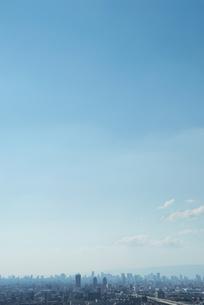 青空の下に霞む都市の写真素材 [FYI00377183]