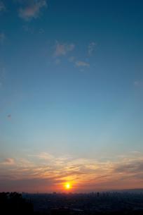 都市に沈む夕日の写真素材 [FYI00377185]
