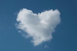 ハートの形の白い雲の写真素材 [FYI00377187]