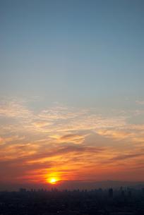 大都市の向こうに落ちる太陽の写真素材 [FYI00377190]