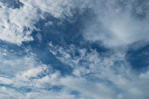 雲間に見える青い空の写真素材 [FYI00377192]