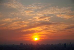 都市の向こうに沈む夕陽の写真素材 [FYI00377193]