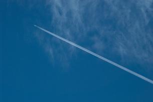 青い空にヒコーキ雲の写真素材 [FYI00377194]