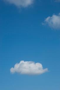 青い空に浮かぶ白い雲の写真素材 [FYI00377197]