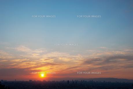 都市の向こうに沈みゆく夕日の素材 [FYI00377199]
