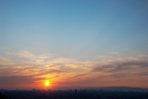 都市の向こうに沈みゆく夕日の写真素材 [FYI00377199]