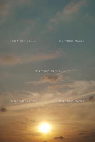 薄雲に滲む夕陽の素材 [FYI00377205]