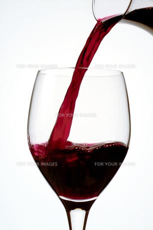 赤ワインをグラスに注ぐの写真素材 [FYI00377242]