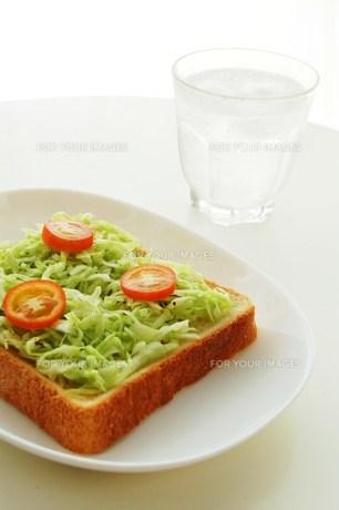 キャベツとトマトのトーストの写真素材 [FYI00377275]