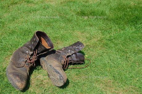 芝生の上のワークブーツの写真素材 [FYI00377292]