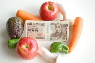 野菜とお金の写真素材 [FYI00377318]