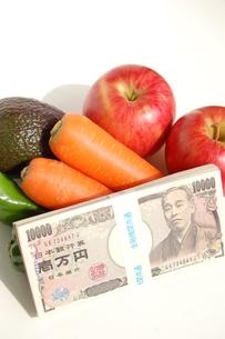 野菜とお金の写真素材 [FYI00377329]