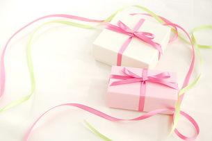 2個のプレゼントの写真素材 [FYI00377338]