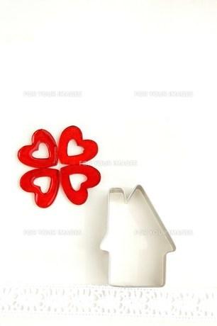 四つ葉のクローバーと家の写真素材 [FYI00377340]