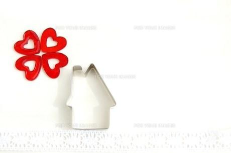 四つ葉のクローバーと家の写真素材 [FYI00377345]