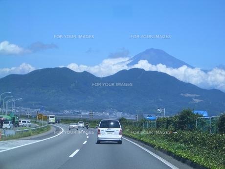 富士山へ向かう高速道路の素材 [FYI00377393]