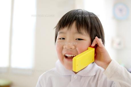電話する子供の写真素材 [FYI00377529]