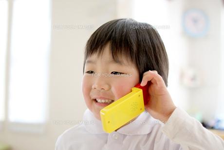 電話する子供の写真素材 [FYI00377550]