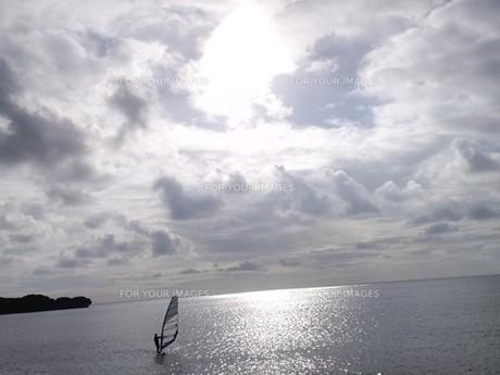 夕陽とウィンドゥサーフィンの写真素材 [FYI00377718]