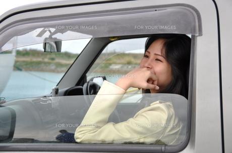 車内の笑顔の若い女性の素材 [FYI00377723]