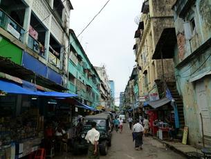 ヤンゴンの路地裏の写真素材 [FYI00377758]