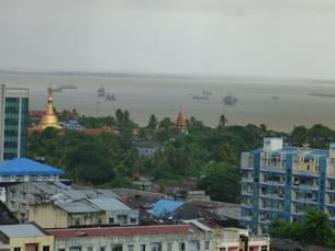 雨のヤンゴンの写真素材 [FYI00377760]