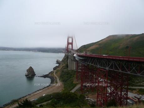 霧のゴールデンゲートブリッジの写真素材 [FYI00377797]
