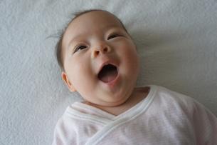あかちゃん-満面の笑みの写真素材 [FYI00377836]