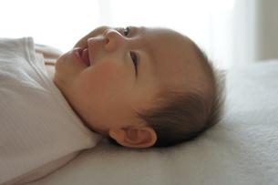 あかちゃん-笑顔を横からの写真素材 [FYI00377847]