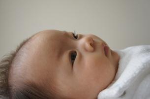 赤ちゃん-考え事の写真素材 [FYI00377849]
