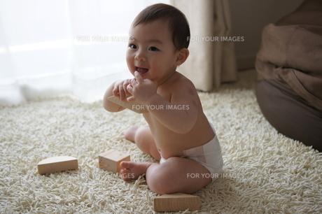 あかちゃんと積み木の写真素材 [FYI00377880]