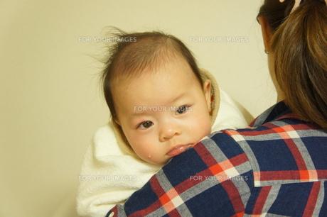 泣き虫赤ちゃんとママの写真素材 [FYI00377886]
