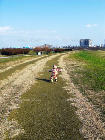 長い道を走る娘の素材 [FYI00377900]