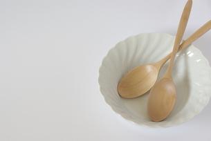 白い皿と木のスプーンの写真素材 [FYI00377957]