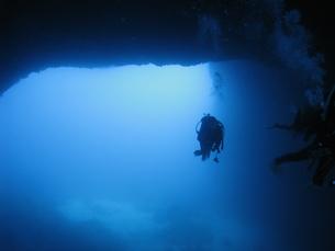 ダイバーと洞窟の写真素材 [FYI00377961]