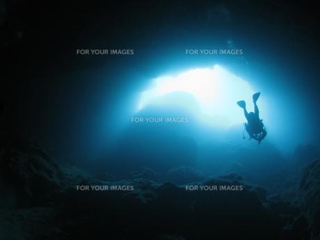 洞窟とダイバーの写真素材 [FYI00377969]