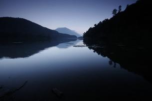 湯の湖の落陽の写真素材 [FYI00378052]