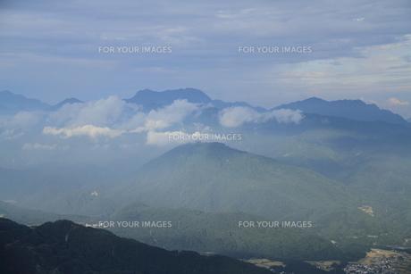 長野県白馬八方尾根黒菱平から見た山霧の写真素材 [FYI00378108]