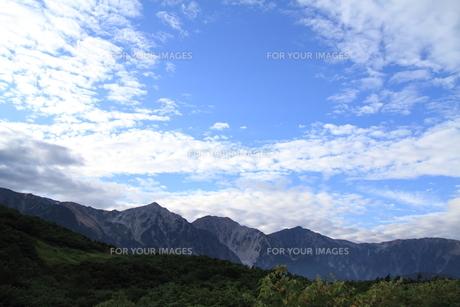 雪の消えた北アルプスと秋の空の写真素材 [FYI00378123]