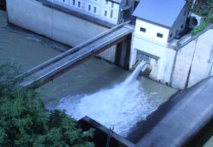 勢いよく放水する奈良県吉野郡川上村大迫ダムの写真素材 [FYI00378129]