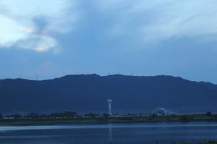 治水タワーと木曽川の写真素材 [FYI00378336]