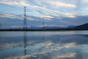 木曽川に映る送電鉄塔の素材 [FYI00378352]