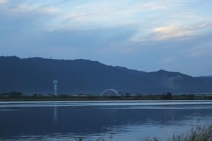 治水タワーと養老山地の写真素材 [FYI00378353]